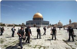 Extremist Jews storm the Aqsa Mosque under army protection