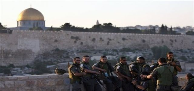 Israeli troops storm and encircle Aqsa Mosque
