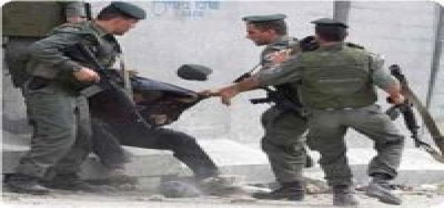 IOF soldiers detain two young men, beat up a third